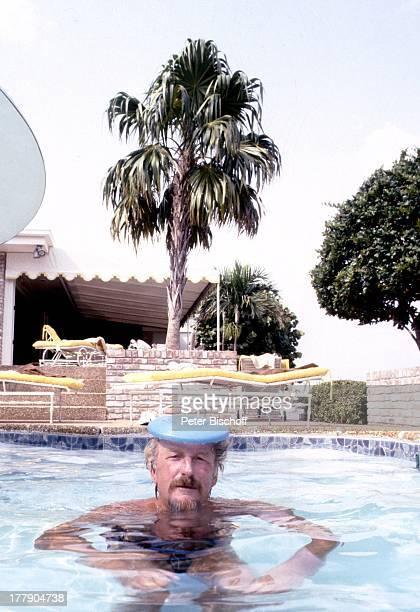 James Last mit FrisbeeScheibe auf dem Kopf Homestory SilberhochzeitNachfeier 1 Tag nach 25 Hochzeitstag Fort Lauderdale Florida USA Nordamerika...