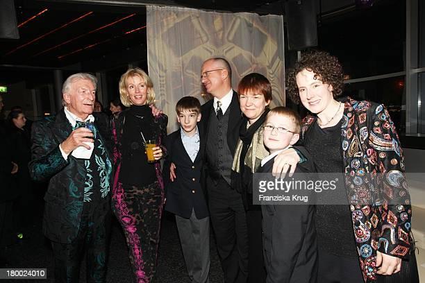 """James Last Und Ehefrau Christine, Jeremy Last, Sohn Ron Last, Katharina Last, Ehefrau Silke Und Lenny Last Bei Der Party Nach Der Premiere Von """"Warum..."""