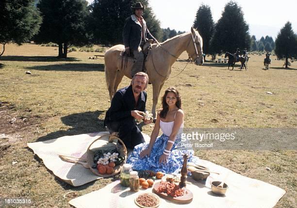 """James Last, Wencke Myhre, , neben den Dreharbeiten zur """"Wencke Myhre-Show"""", , Acapulco/Mexiko/Süd-Amerika, Picknick, Korb, Pferd, einheimischer..."""