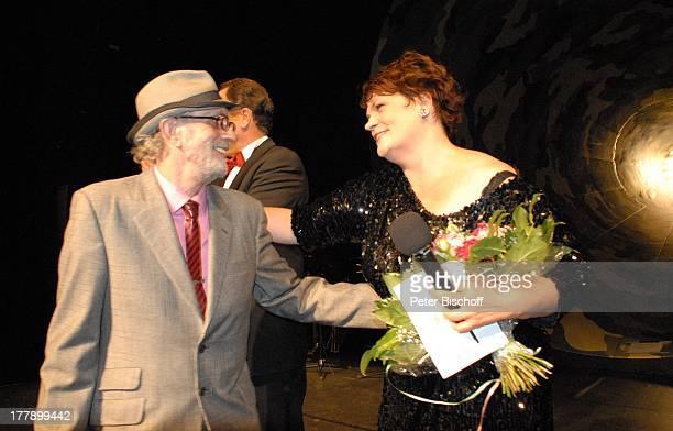 James Rizzi Gayle Tufts Verleihung 2 Bremer Stadtmusikantenpreis Theater am Goetheplatz Bremen Deutschland Europa Bühne Auftritt Mikrofon Hut...