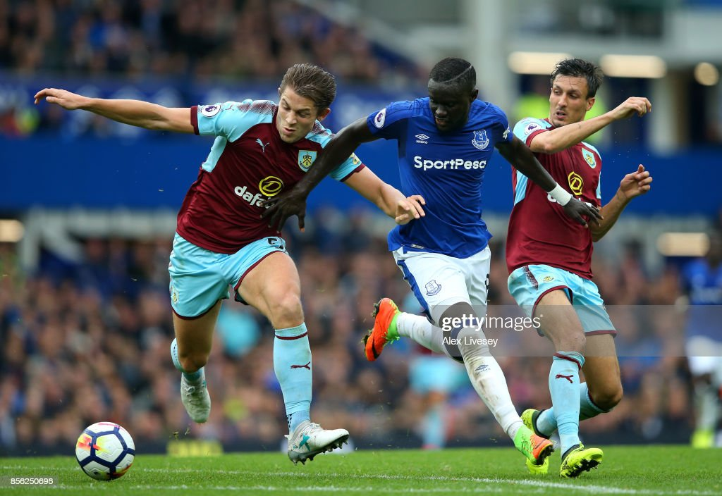James Tarkowski of Burnley and Jack Cork of Burnley attempt to tackle Oumar Niasse of Everton during the Premier League match between Everton and Burnley at Goodison Park on October 1, 2017 in Liverpool, England.