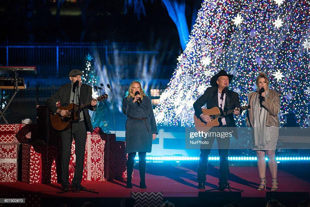 President And Mrs. Obama Attend National Christmas Tree Lighting : News Photo
