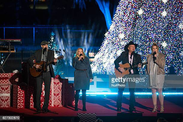 James Taylor his wife Caroline quotKimquot Smedvig Garth Brooks and his wife Trisha Yearwood perform at the 94th Annual National Christmas Tree...