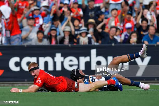 Jamie Booth of the Sunwolves scores his side's third try during the Super Rugby match between Sunwolves and Brumbies at the Prince Chichibu Memorial...