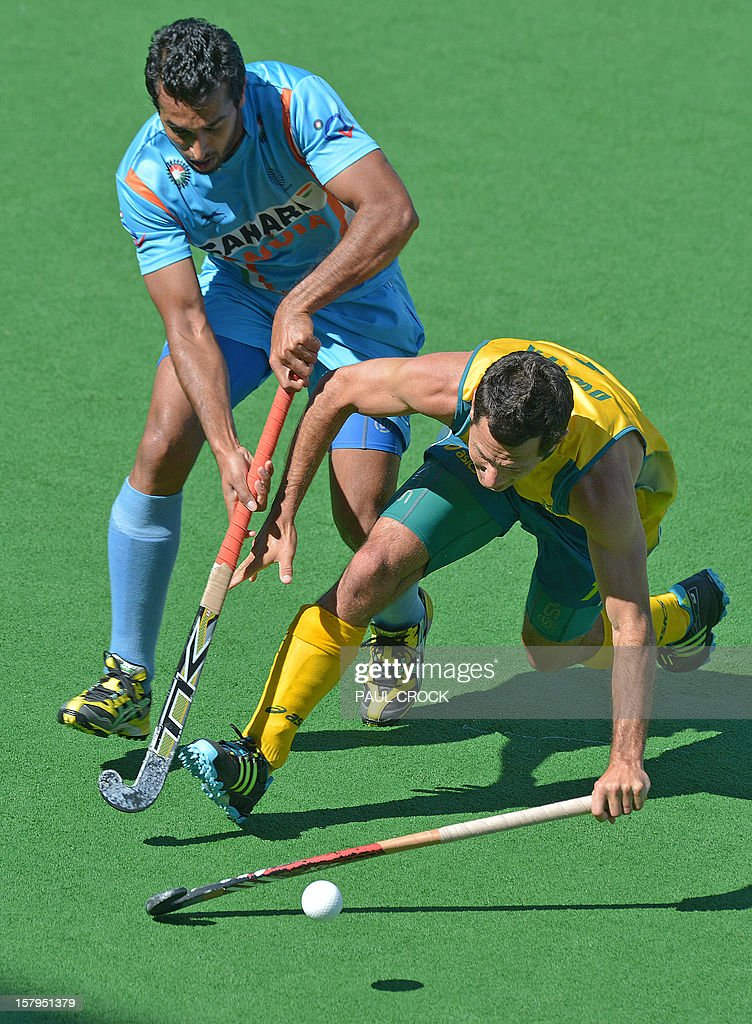 Jamie Dwyer of Australia (R) beats Dharamvir Singh of India (L) to the ball during the second semifinal at the men's Hockey Champions Trophy tournament in Melbourne on December 8, 2012. IMAGE STRICTLY RESTRICTED TO EDITORIAL USE - STRICTLY NO COMMERCIAL USE AFP PHOTO / Paul CROCK