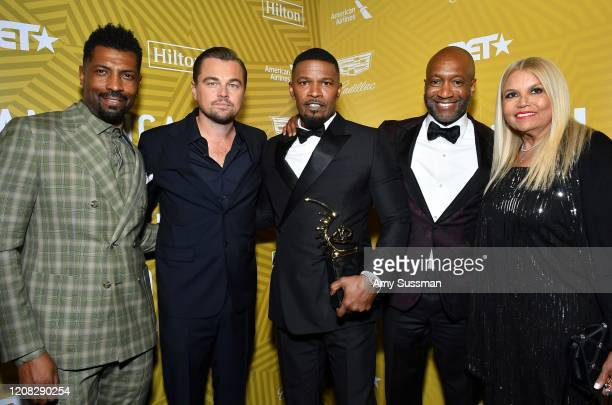 Jamie Foxx poses with the Excellence in the Arts Award backstage with Deon Cole, Leonardo DiCaprio, Jeff Friday, and Suzanne de Passe during the...
