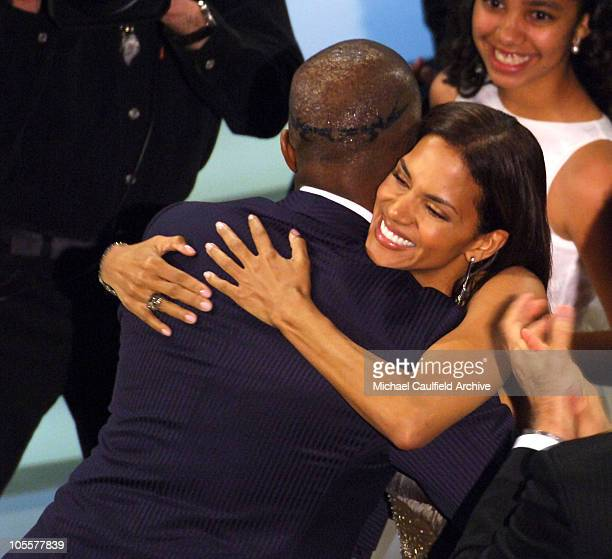 Jamie Foxx winner Best Actor in a Leading Role for Ray hugs Halle Berry while daughter Corinne Foxx looks on