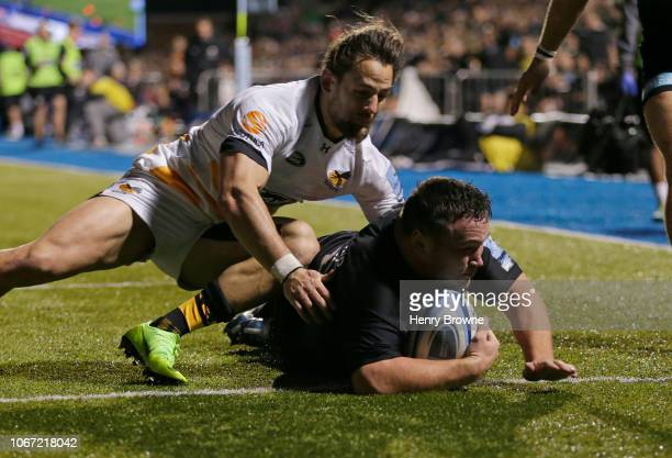 Jamie George of Saracens touches down for his sides first try despite the efforts of Michele Campagnaro of Wasps during the Gallagher Premiership...
