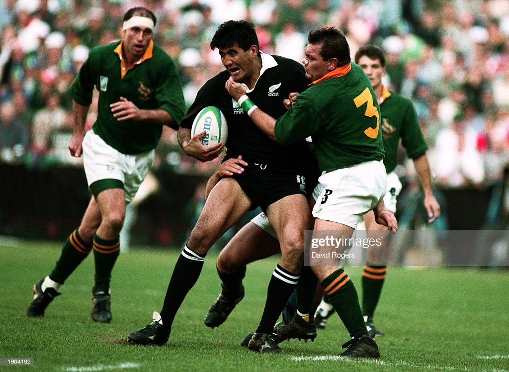 Jamie Joseph of New Zealand is tackled by the South African defense : ニュース写真