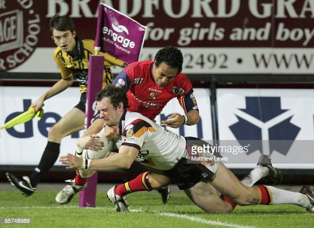 Jamie Peacock of Braford scores a try during the Engage Super League First Elimination playoff match between Bradford Bulls and London Broncos at...