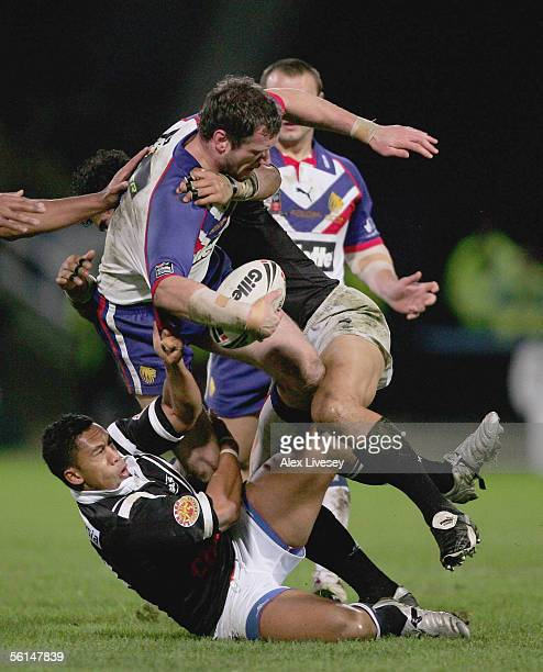 Jamie Peacock of Great Britain is tackled by David Faiumu and Ruben Wiki of New Zealand during the Tri Nations match between Great Britain and New...
