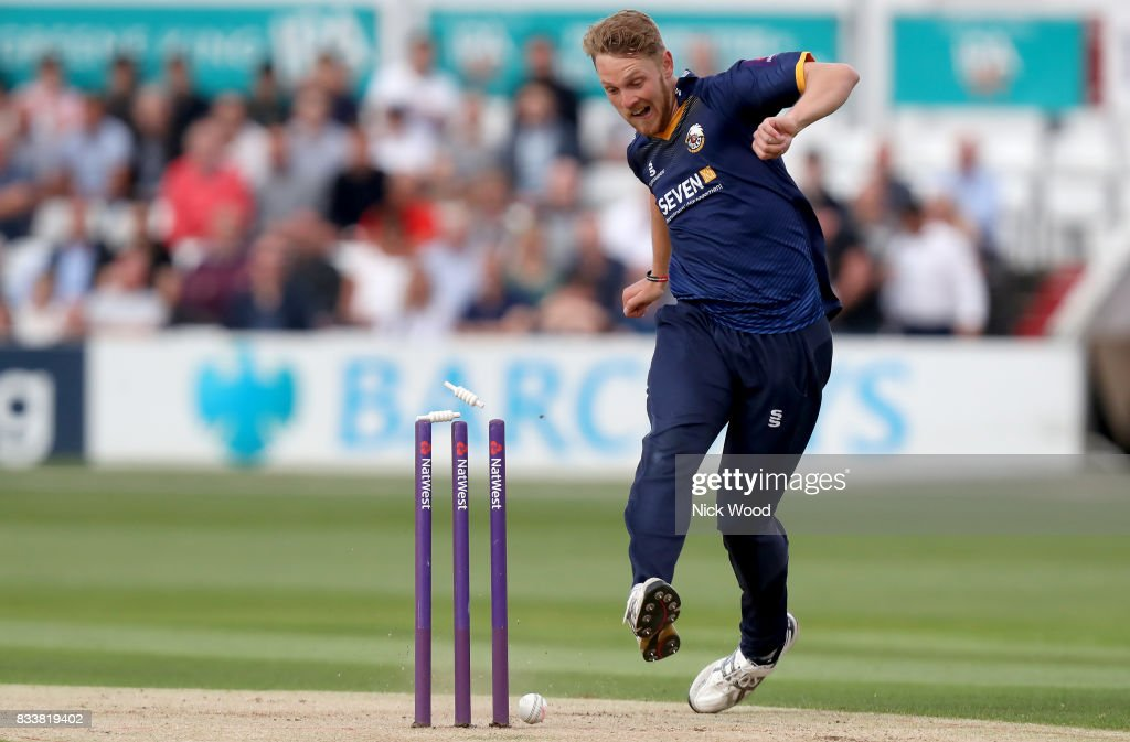 Jamie Porter of Essex attempts to take down the stumps during the Essex v Kent - NatWest T20 Blast (G) cricket match at the Cloudfm County Ground on August 17, 2017 in Chelmsford, England.