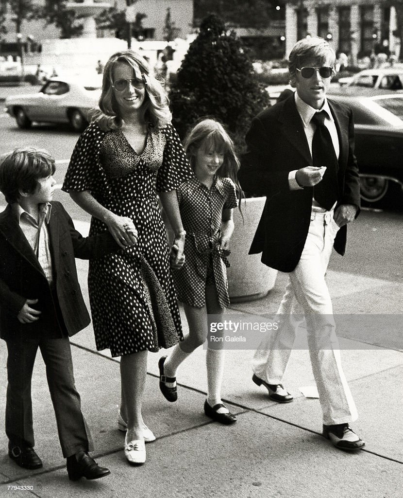 Robert Redford and Family Sighted outside The Sherry Netherland Hotel - June 24, 1971 : Foto jornalística