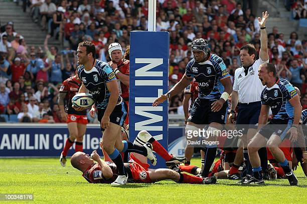 Jamie Roberts of Cardiff celebrates after scoring a try during the Amlin Challenge Cup Final between Toulon and Cardiff Blues at Stade Velodrome on...