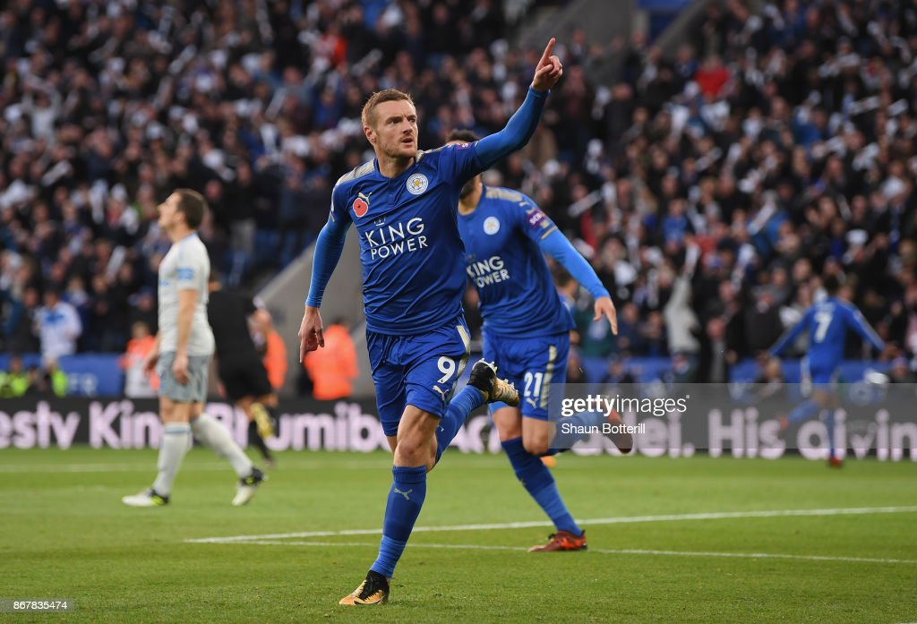 Jamie Vardy of Leicester City celebrates after scoring the first goal during the Premier League match between Leicester City and Everton at The King Power Stadium on October 29, 2017 in Leicester, England.