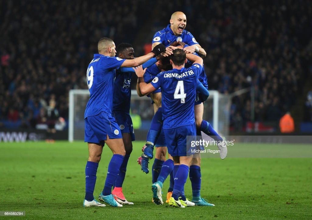 Jamie Vardy of Leicester City celebrates scoring his sides second goal with his Leicester City team mates during the Premier League match between Leicester City and Sunderland at The King Power Stadium on April 4, 2017 in Leicester, England.