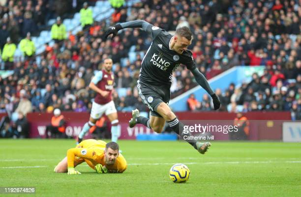 Jamie Vardy of Leicester City goes past Tom Heaton of Aston Villa before scoring his team's first goal during the Premier League match between Aston...