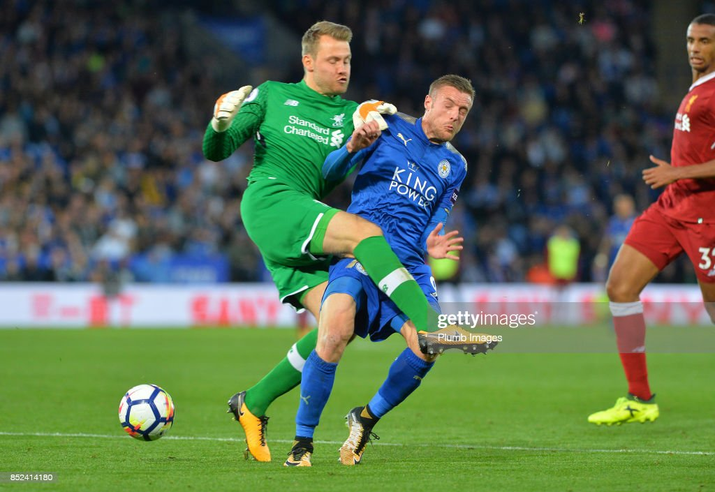 Jamie Vardy of Leicester City puts Simon Mignolet of Liverpool under pressure during the Premier League match between Leicester City and Liverpool at King Power Stadium on September 23rd, 2017 in Leicester, United Kingdom.