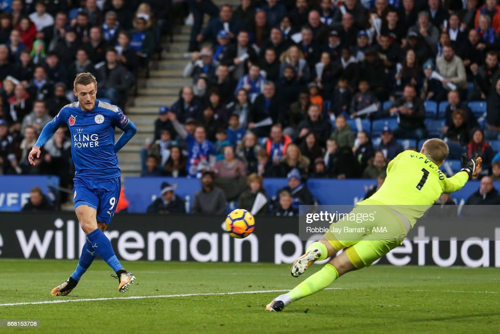Jamie Vardy of Leicester City scores a goal to make it 1-0 during the Premier League match between Leicester City and Everton at The King Power Stadium on October 29, 2017 in Leicester, England.