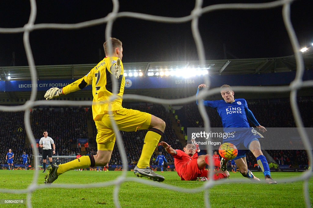 Jamie Vardy (R) of Leicester City scores his team's second goal past Simon Mignolet (L) of Liverpool during the Barclays Premier League match between Leicester City and Liverpool at The King Power Stadium on February 2, 2016 in Leicester, England.