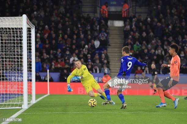 Jamie Vardy of Leicester City scores the equalising goal during the Premier League match between Leicester City and Everton FC at The King Power...