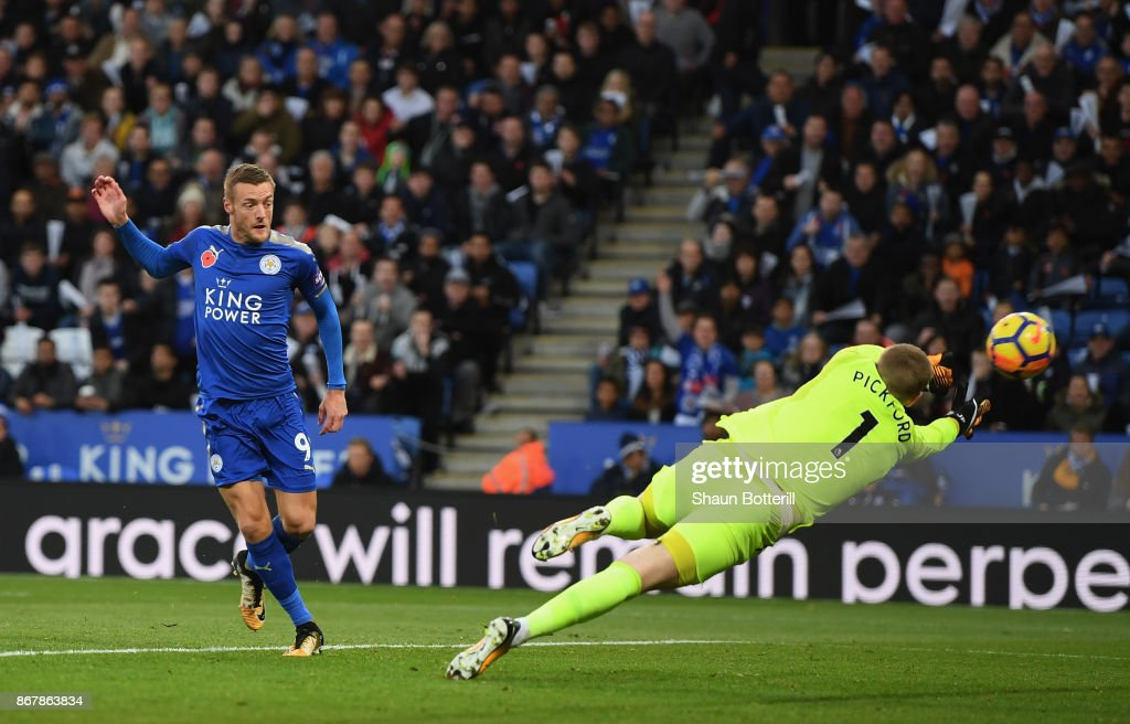 Jamie Vardy of Leicester City scores their first goal lduring the Premier League match between Leicester City and Everton at The King Power Stadium on October 29, 2017 in Leicester, England.