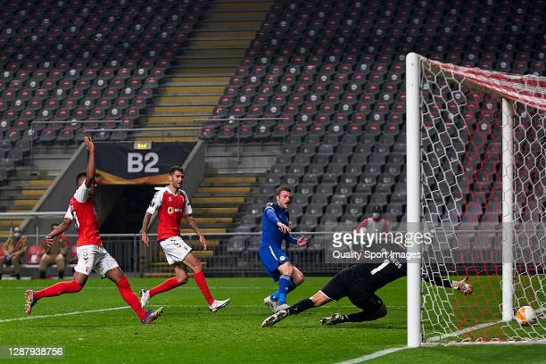 Jamie Vardy of Leicester City shots on goal and scores his team third goal during the UEFA Europa League Group G stage match between SC Braga and...