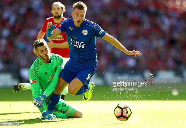 Jamie Vardy of Leicester City takes the ball around David De Gea of Manchester United to score his sides first goal during The FA Community Shield...