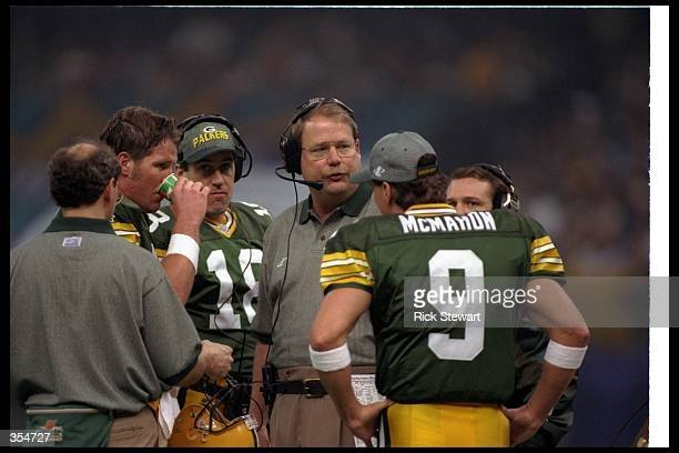 Green Bay Packers head coach Mike Holmgren confers with quarterbacks Brett Favre and Jim McMahon during Super Bowl XXXI against the New England...