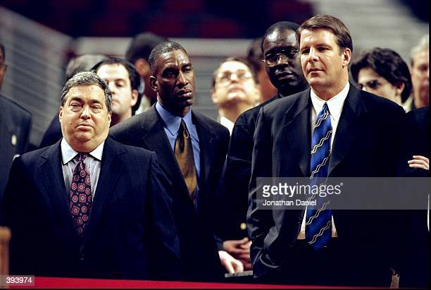 Chicago Bulls general manager Jerry Krause stands with Bulls coach Tim Floyd at Michael Jordan's retirement press conference at the United Center in...