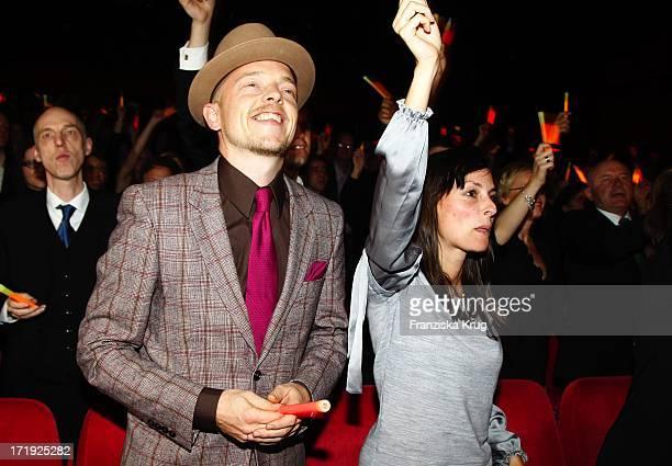 Jan Delay Und Begleitung Bei Der Premiere Des Musicals Hinterm Horizont Im Theater Am Potsdamer Platz In Berlin
