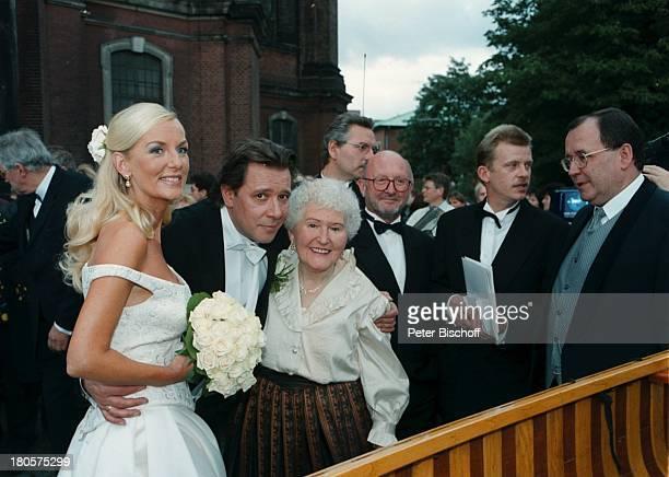 Jan Fedder Ehefrau Marion Kurth MutterGisela Fedder Hochzeit Hamburg vorKirche Braut Bräutigam BrautkleidBrautstrauß Umarmung Passanten
