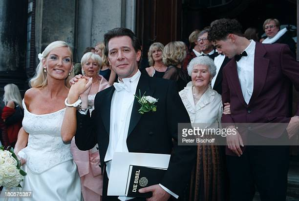 Jan Fedder Ehefrau Marion Kurth MutterGisela Fedder Hochzeitkirchliche Trauung Hamburg BrautBräutigam Brautkleid BrautstraußKirchenportal