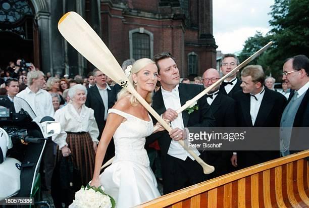 Jan Fedder Ehefrau Marion KurthHochzeit kirchliche Trauung HamburgBraut Brautkleid Brautstrauß gekreuzteRuder Ruderboot