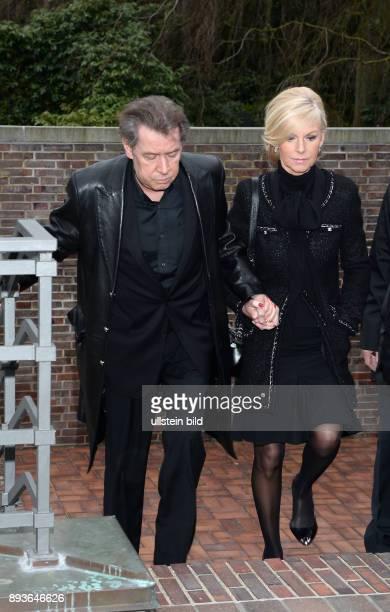 Jan Fedder mit Ehefrau Marion Trauerfeier für Mareike Carriere_ in der FritzSchumacher Halle auf dem Friedhof Hamburg Ohlsdorf