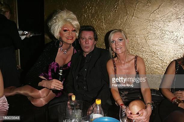 Jan Fedder Und Ehefrau Marion Und Drag Queen Olivia Jones Bei Der Eröffnung Des Dracula Club Im Levantehaus In Hamburg