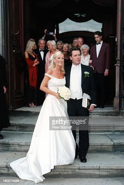 Jan FedderEhefrau Marion Kurth Hochzeitkirchliche Trauung Hamburg BrautkleidFrack Braut Bräutigam BrautstraußKirchenportal