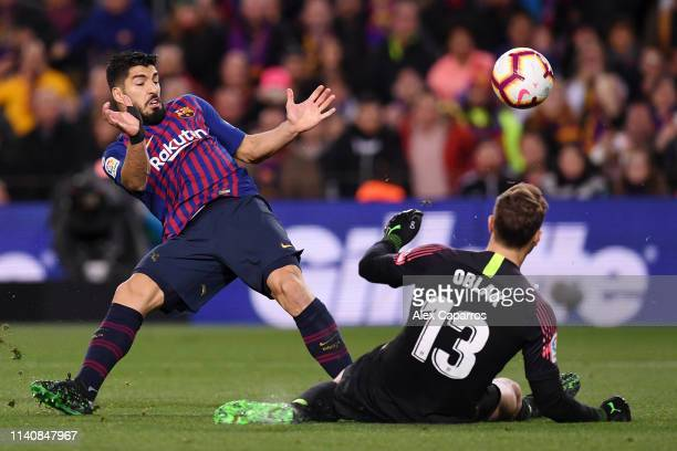 Jan Oblak of Atletico Madrid makes a save from Luis Suarez of Barcelona during the La Liga match between FC Barcelona and Club Atletico de Madrid at...