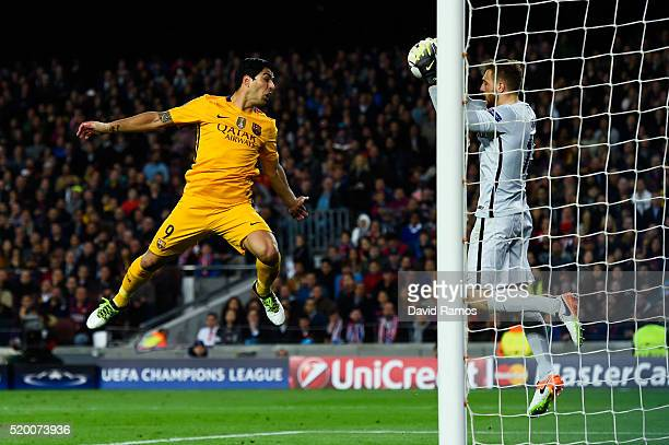 Jan Oblak of Club Atletico de Madrid blocks the ball past Luis Suarez of FC Barcelona during the UEFA Champions League quarter final first leg match...
