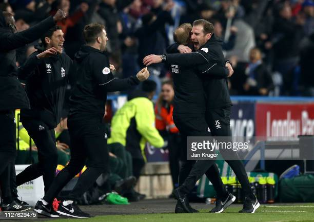 Jan Siewert Manager of Huddersfield Town assistant Andreas Winkler and the team bench celebrate as Steve Mounie scores his team's first goal during...