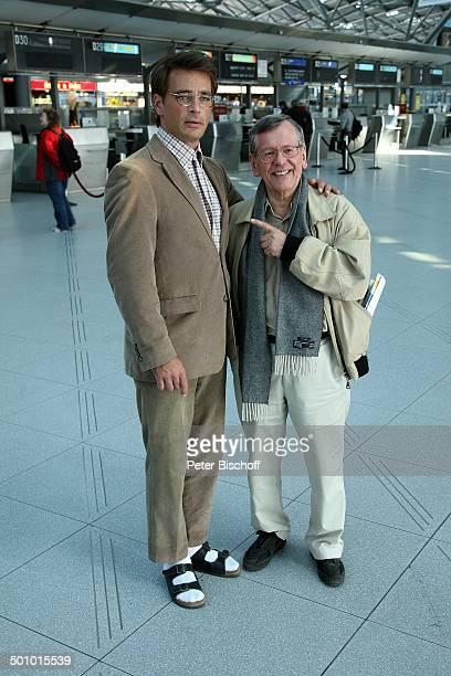 Jan Sosniok Herbert Feuerstein Dreharbeiten zum RTLFilm Crazy Race 4 Flughafen Köln Deutschland Halle Terminal Gebäude Schauspieler Komödiant Promi...
