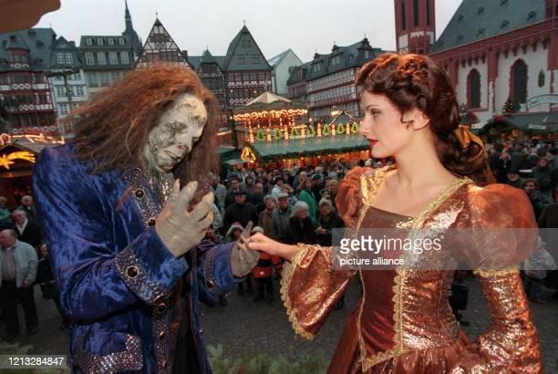Jana Werner als die Schöne und Erwin Windegger als das Biest besuchen am 9121996 in ihren Originalkostümen den Frankfurter Weihnachtsmarkt am Römer...