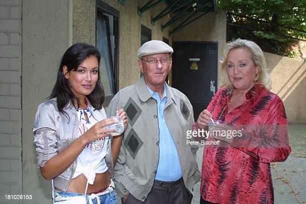 JanaIna Zarrella Prof Rolf Nagel Doris Kunstmann neben den Dreharbeiten zum Kinofilm Samba in Mettmann Düsseldorf Schauspieler Schauspielerin essen...