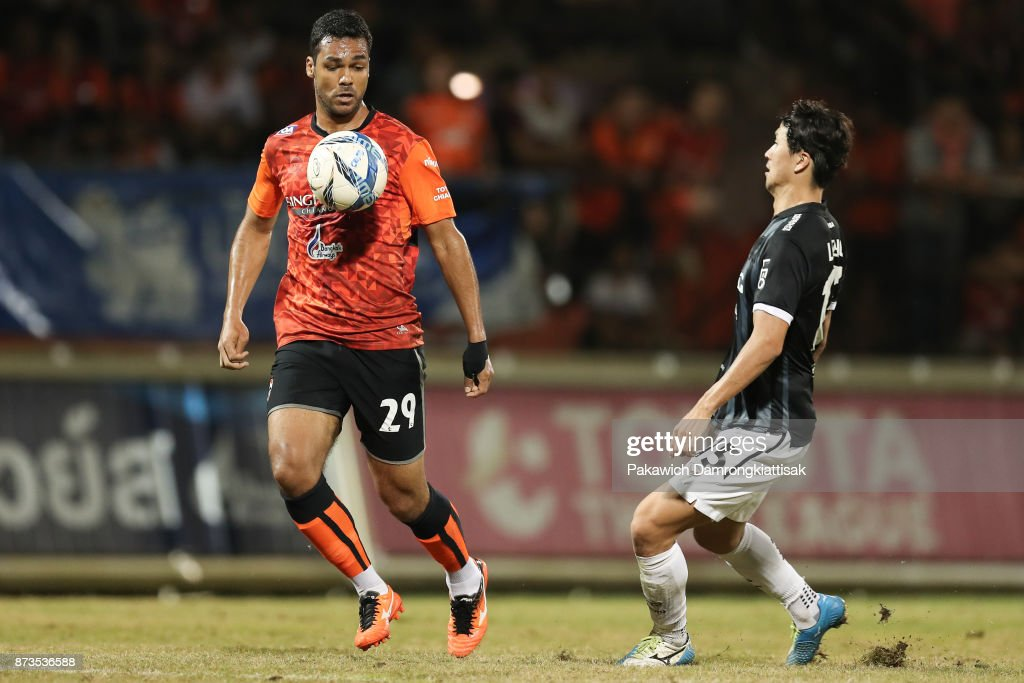 Jandson Dos Santos #29 of Chiangrai United chase the ball with Lee Ho #15 of SCG Muangthong United try to compete for the ball during a Thai League 1 match between Chiangrai United and SCG Muangthong United at Singha Stadium on November 12, 2017 in Chiang Rai, Thailand.