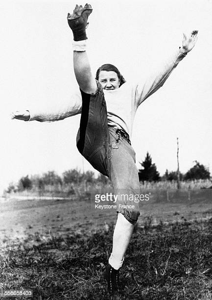 Jane Allen, joueuse de football américain, photographiée en plein action lors d'un match, à Wilkesboro, Caroline du Nord, Etats-Unis.