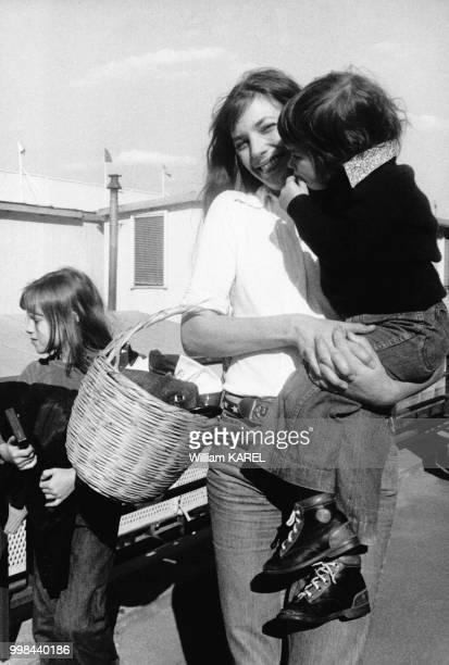 Jane Birkin avec ses deux enfants dans les années 1970 en France.