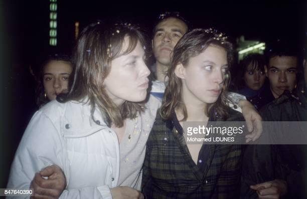 Jane Birkin et sa fille Kate Barry dans une manifestation organisee par SOS Racisme le 7 decembre 1985 a Paris, France.