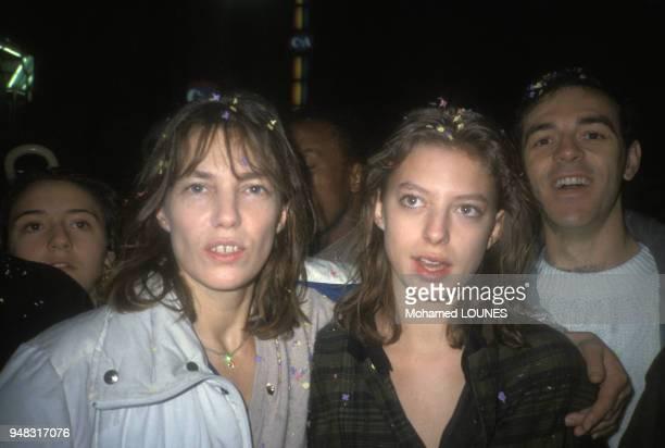 Jane Birkin et sa fille Kate Barry lors de la fête de SOS Racisme le 7 décembre 1985 à Paris, France.