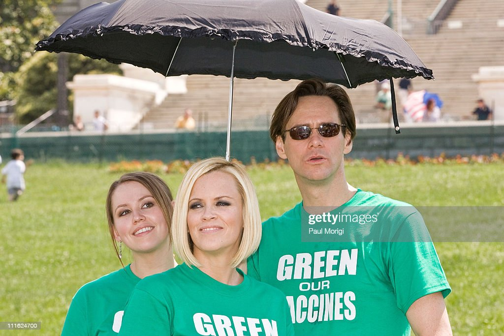 Jenny McCarthy and Jim Carrey Lead the Green Our Vaccines March, Rally and Press Conference : News Photo