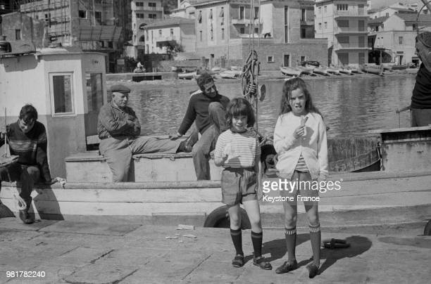 Jane et Annette filles de Oona et Charlie Chaplin en vacances en famille à Porto Ercole en Italie le 1er avril 1967